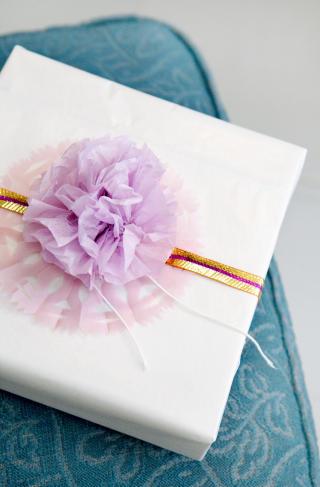 Pakkepynt: Silkerosetter piffer opp innpakningen betraktelig.
