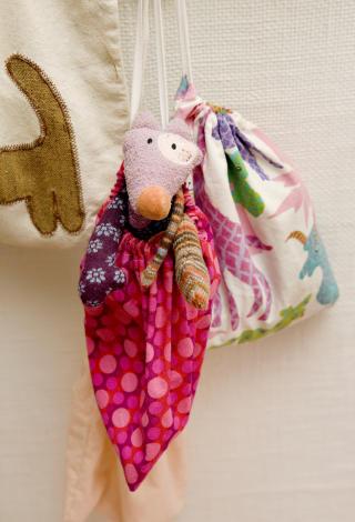 Fin oppbevaring: Hjemmesydde lekeposer er b�de dekorative og tar opp kampen mot rotet.
