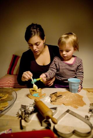 Lager selv: Charlotte Cappello Sylte liker � lage b�de julegavene og kakene selv. Her med datteren Ella (2).