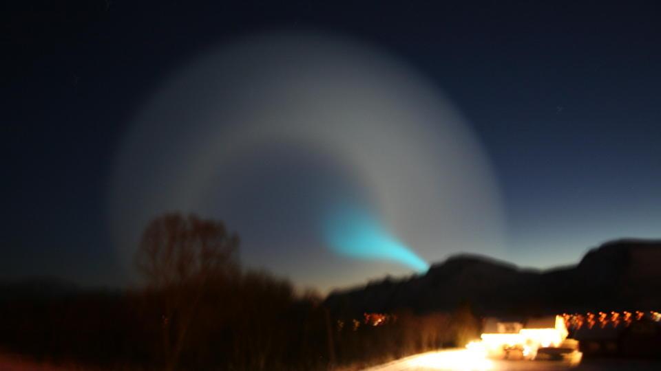 TROLIG RUSSISK RAKETT: Dette lyset p� himmelen er trolig en russisk rakett. Forsvaret skal unders�ke hva som fikk den til � lage et s� underlig lys p� himmelen over Nord-Norge i morges. Dette bildet ble tatt p� Sortland. Foto: Morten Kristiansen