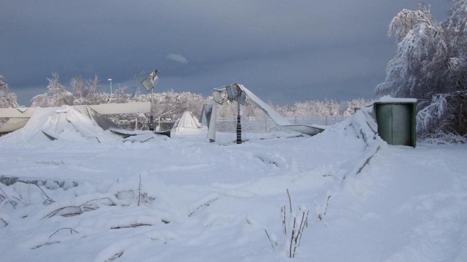 RAST SAMMEN: Dette er det som er igjen av tennishallen til Ranaberg tennisklubb. Store sn�mengder gjorde at boblehallen. Foto: Sigve Inge H�land.