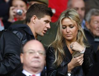 HJEMME: Alex Curran, kona tiL England-kaptein Steven Gerrard, er klar til � reise til S�r-Afrika n�r som helst. Men hun f�r ikke lov. Foto: Phil Noble / REUTERS.