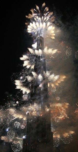 SPEKTAKUL�RT: Det ble ikke spart p� kruttet i Dubai i dag. Foto: REUTERS/Mosab Omar