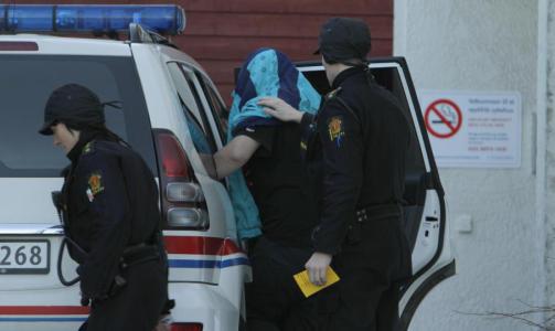 ERKJENNER DRAP: Her f�res den drapssiktede 24-�ringen fra St. Olavs hospital og inn i en ventende politibil. 24-�ringen har i avh�r i dag innr�mmet � ha tatt livet av en 29 �r gammel kvinne. Foto: Ron Holan