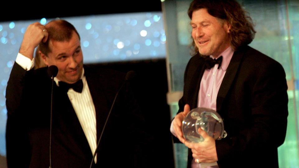SKJEBNENS IRONI?  Peter Mueller får prisen som Årets trener på Idrettsgallaen på Hamar i 2006. Prisutdeler: Tom Nordlie.  FOTO: LISE ÅSERUD, SCANPIX.
