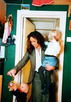 Arbeidsdeling: Ekteparet Dahl kj�rer konservativ stil. Anne-Line tar seg av unger som skriker om natta, b�sjebleier, gulvvask og matlaging, mens ektemannen �ystein klipper plenen og m�ker sn�. Her er Anne-Line med sine to yngste barn: Isak (1) og Victoria (3).Foto: J�rn H. Moen