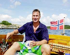 Petter p� havet: T�ffende i ei tresnekke foran landstedet i Gamle Hellesund.