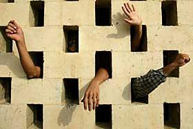 GA AMNESTI: I fjor ga Saddam Hussein amnesti til en rekke av de innsatte i fengselet, bortsett fra de som hadde dødsdom mot seg, som disse innsatte hadde blitt idømt. Nå er de som overlevde fri.  Foto: AP Photo/Jerome Delay