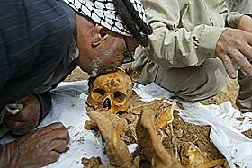 FANT SØNNEN:  Ghirayer Ali kysser hodeskallen til sønnen  Rahim. Mannen var 32 år da han ble tatt av regimet i 2000. Nå er faren glad for å endelig fått vite mer om hva som skjedde med sønnen som bare forsvant. Levningene ble funnet på gravplassen til fengselet utenfor Bagdad. Foto: AP/Brennan Linsley