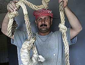 DREPTE RETT FØR REGIMETS FALL: En irakisk mann viser fram et rep brukt til å henge fengselets innsatte. Foto: REUTERS/Akram Saleh