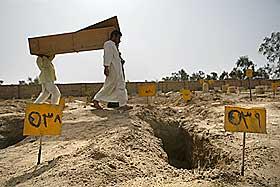 LETER ETTER SINE DØDE: Irakiske menn leter etter familie og venner utenfor det fryktede fengselet Abu Ghraib. Foto: AP/Brennan Linsley