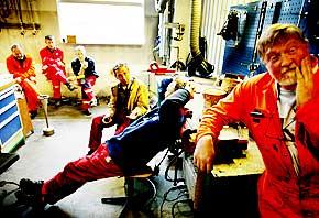 Lar seg ikke opprøre: - Vi mannfolk er snart en utdøende rase, humrer industrirørleggerne i Hydro Produksjonspartner Grenland med en god porsjon selvironi. Fra høyre, Svein Arne, Thor, Bjarne, Svein-Åge og Gunvald.