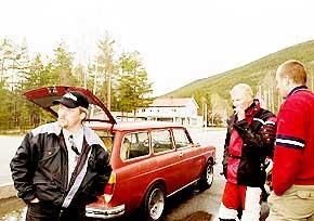 Gutta på tur: Bjørnar Skjæret (38), Geir Iversen (20) og Vegard Veslum (38) bruker mesteparten av fritida si på bil. Da er det greit ikke å ha kjæreste å ta hensyn til. - Det er ikke sikkert hun hadde godtatt det, sier Bjørnar.