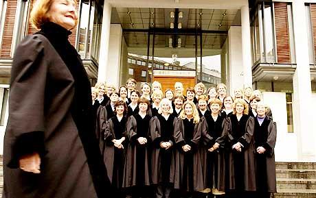 Kvinner med makt: Kvinner oppfordres til å søke dommerstillinger, men i framtida blir det kanskje kjønnskvotering av menn. I dag er rundt 40 prosent av dommerne i Oslo tinghus kvinner. Foran tingrettsdommer Ingunn Aarbakke.