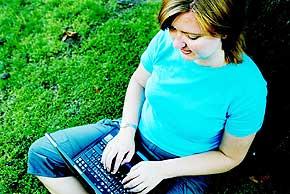 Frøken nettdetektiv: Nina Rose (30) har vært på nett siden 1995, og tilbringer all fritid sammen med sin bærbare pc hjemme på Bygdøy i Oslo. Får hun tak i et fornavn eller mobilnummer, kan hun finne ut svært mye om en fyr ved å søke på nettet.