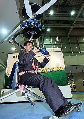 MINI-HELIKOPTER: Masumi Yanagisawa i Engineering System viste fram helikopteret Gen H-4 i mars 2000.Foto: AFP/Scanpix
