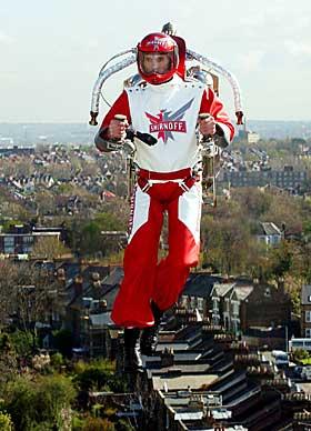 SVEVE OVER BYEN: Eric Scott setter verdensrekord med jetpakke over Londons hustak.Foto: Reuters/Scanpix