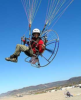 MOTOR OG ENKEL PROPELL: Virkelighetens svar p� Karlsson p� taket har ikke dobbel propell, men i stedet en paraglider.Foto: Trond N. Aarre