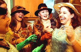 FAGRE FRØKENER: Fritidsklubben Jentespranget er et populært tilbud for jenter i bydelen Fyllingsdalen i Bergen. F.v. Isabelle Ringstad (13), Hege Celine Førde (14), Elena Rein Bruås (14) og Jannicke Fagerbakke (13) stæsjer seg opp i klær fra kostymebutikken Sublim.