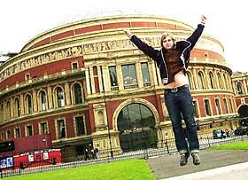 ST. FØR:  - Dette er jeg spent på, men vi tar det bare som en vanlig konsert, sa St. Thomas før konserten i Royal Albert Hall i går kveld. a-ha er eneste norske pop-band som har satt sine føtter i eksklusive Royal Albert Hall tidligere.