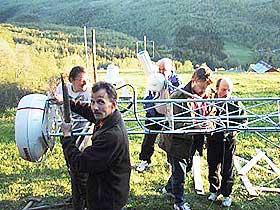 UFO-JEGER: Student Jens Christian Skibakk (til venstre) og Erling Strand monterer den nye UFO-radaren i Hessdalen.