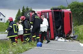 TRE DØDE: Trailersjåføren og de to som satt på førersiden i bilen omkom trolig momentant. De to andre svenskene fikk moderate skader og ble fløyet til sykehus.