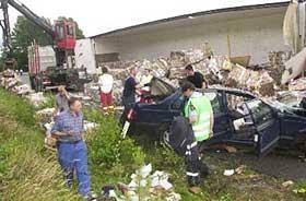 LETTE ETTER FLERE: Traileren ble løftet opp og området ryddet. Politiet ville forsikre seg om at det ikke lå flere omkomne blant vrakrestene.