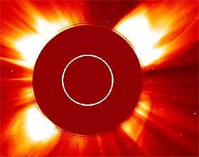 KOMET I SOLA: Romforskerne fikk en overraskelse mandag. P� bildet er sola dekket med ei skive for � blende det sterke lyset.