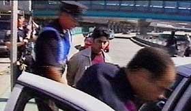 ARRESTERT:Bildet viser mistenkte personer som blir arrestert på La Guardia-flyplassen i New York få timer etter terrorangrepene.