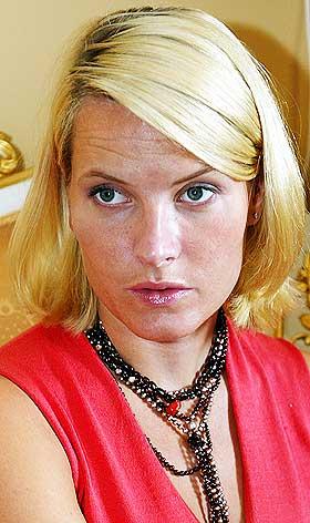 LER AV TYSKE OPPSLAG:  Mette-Marit lar ikke fantasifulle oppslag i tysk presse g� inn p� henne.