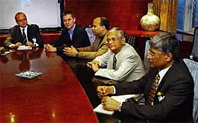 FREDSFORHANDLERE: Statssekret�r Vidar helgesen (t.v) og Erik Solheim har spilt n�kkelroller i fredsprosessen p� Sri Lanka. Til h�yre for Solheim sitter minister Milinda Moragoda, regjeringens sjefsforhandler G. L. Peiris og direkt�r for fredsprosessen Bernard Goonetilleke.