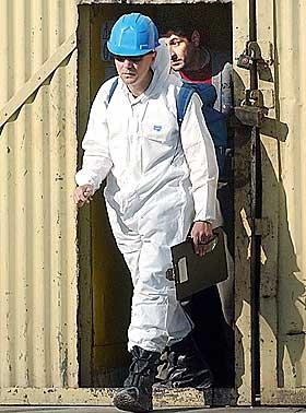 D�RLIG SAMARBEID: Den norske v�peninspekt�ren J�rn Siljeholm opplevde samarbeidet med amerikanerne som sv�rt vanskelig. Her er Siljeholm fotografert under en inspeksjon i Bagdad 27. januar i �r.