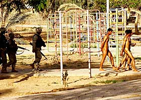 ZAWRA-PARKEN I BAGDAD: Klokka er 07.55. Dagbladets reportasjeteam oppdager fire unge irakiske menn splitter nakne foran amerikanske soldater. Å måtte gå naken på gata er noe av det aller mest ydmykende en iraker kan gjøre.