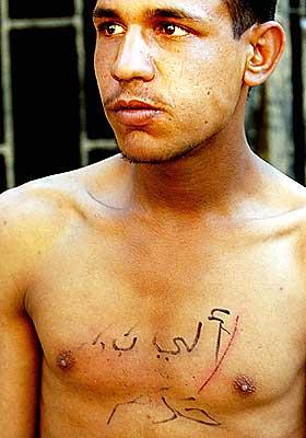YDMYKET:  P� brystet til 20-�rige Zian Djumma st�r det �Ali Baba. Haram� p� arabisk. Det har amerikanerne skrevet, og det betyr �tjuv�.