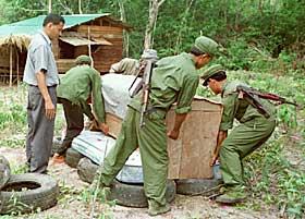 KREMASJON: Pol Pot kremeres p� et b�l av bildekk, sin egen madrass og en gammel stol 18. april 1990.