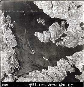 GRIMSTADFJORDEN 1941:  Slagskipet �Bismarck� fotografert i Grimstadfjorden. Halv�yen midt i bildet er �ya der H�konsvern ligger i dag. Bildet er tatt 21.mai 1941, sju dager f�r �Bismarck� ble senket.