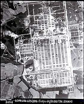 1944:  Konsentrasjonsleiren Auschwitz fotografert 23. august 1944 av Royal Air Force. R�yken vi ser er fra likovnene.