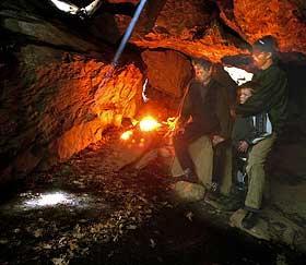 SPENNENDE: Johannes Vik Seljebotn har med seg bonde Arne Fykse og sønnen Ola Fykse for å se solstrålen som åpenbarer seg på bakken i grotta presis klokka 12.00. Ved solnedgang kommer også en solstråle til inn i grotta. Vik Seljebotn antar at stedet var brukt av mennesker for 1500- 2000 år siden.