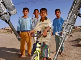 TRAUMATISKE OPPLEVELSER: Irakiske barn har et hverdagsliv preget av utrygghet og konflikter. Her ønsker noen irakiske barn fra landsbyen Al-Shohadaa amerikanske soldater velkommen i begynnelsen av juni.