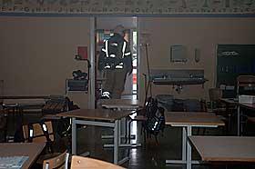 ALLE EVAKUERT: Alle elevene i sm�klassene berget seg trygt ut da lynet slo ned i Sj�strand skole.