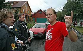 INNSATS: L�rer Tore Mydland forteller to politifolk hvordan han sammen med rektor brukte en hageslange for � dempe flammene i det brennende nabohuset.