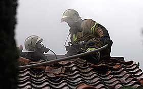 FULL FYR: Brannvesenet m�tte skj�re seg gjennom taket for � kunne slokke brannen i villaen der lynet slo ned.