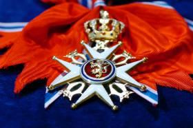 STORKORSET: Kong Harald har bestemt at norske regjeringsmedlemmer igjen skal tildeles St. Olavs Orden i diverse val�rer. De nye statuttene tr�dte i kraft 1. juli.
