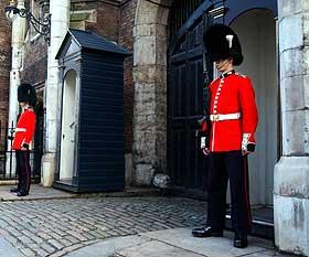 N�R SLOTTET: Sir Guy Francis Laking bodde i flere �r her, i Ambassadors Court innenfor gjerdene til St. James's Palace like ved Buckingham Palace. Han var, som sin far, en av kongehusets betrodde menn, og ansvarlig for de kongelige v�pensamlinger.