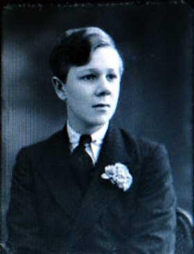 DEN SISTE BARON: Sir  Guy Francis William Laking (1904-1930) ble den tredje Baron Laking of Kensington. Han hadde en eldre s�ster, men etter de adelige regler var det den f�rstef�dte mann som arvet tittelen. Dette bildet er tatt i 1921. Ni �r senere d�de han, uten � ha f�tt barn. Ogs� hans s�ster d�de uten � stifte familie.
