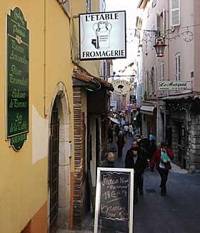 GAMLEBYEN:  De trange bakgatene og smugene er med på å gjøre Antibes til den best bevarte gamle byen ved Den Franske Rivieraen. Byen han skrive sin historie 2600 år tilbake.