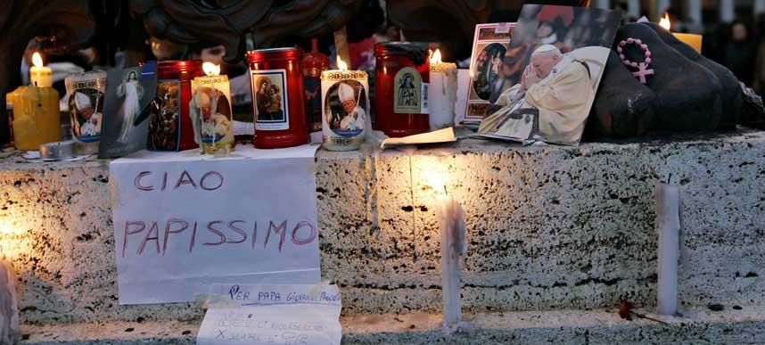 FARVEL:  S�rgende tente lys og skrev sine siste hilsener til paven.