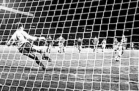 SCORET SEIERSM�LET: Kampen fortsatte til tross for br�ket. Juventus vant med ett m�l etter at Michel Platini satte inn straffen bak Liverpools m�lmann Bruce Grobbelaar i andre omgang.