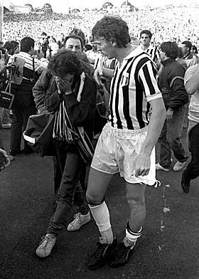 SJOKKSKADD: Her hjelper juventusspilleren Zbigniew Boniek en supporter etter kampen.