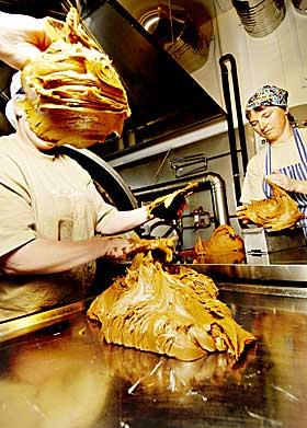 Gommo-prim: Å stappe prim i osteform er en klissete jobb. Her er Jette Ellseth og Jannicke Ulrichsen i sving.
